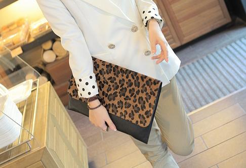 Bolsos clutch baratos - Modelo sobre, estampado leopardo