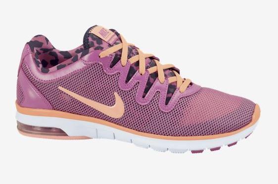 Hacer deporte y ejercicio con zapatillas nike rosas