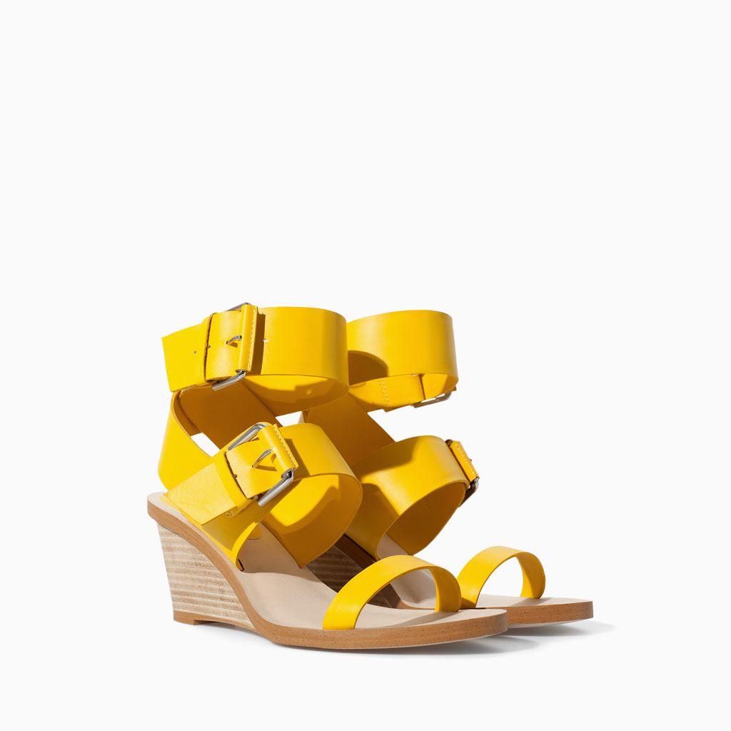 Color de moda para el verano - Sandalias hebillas
