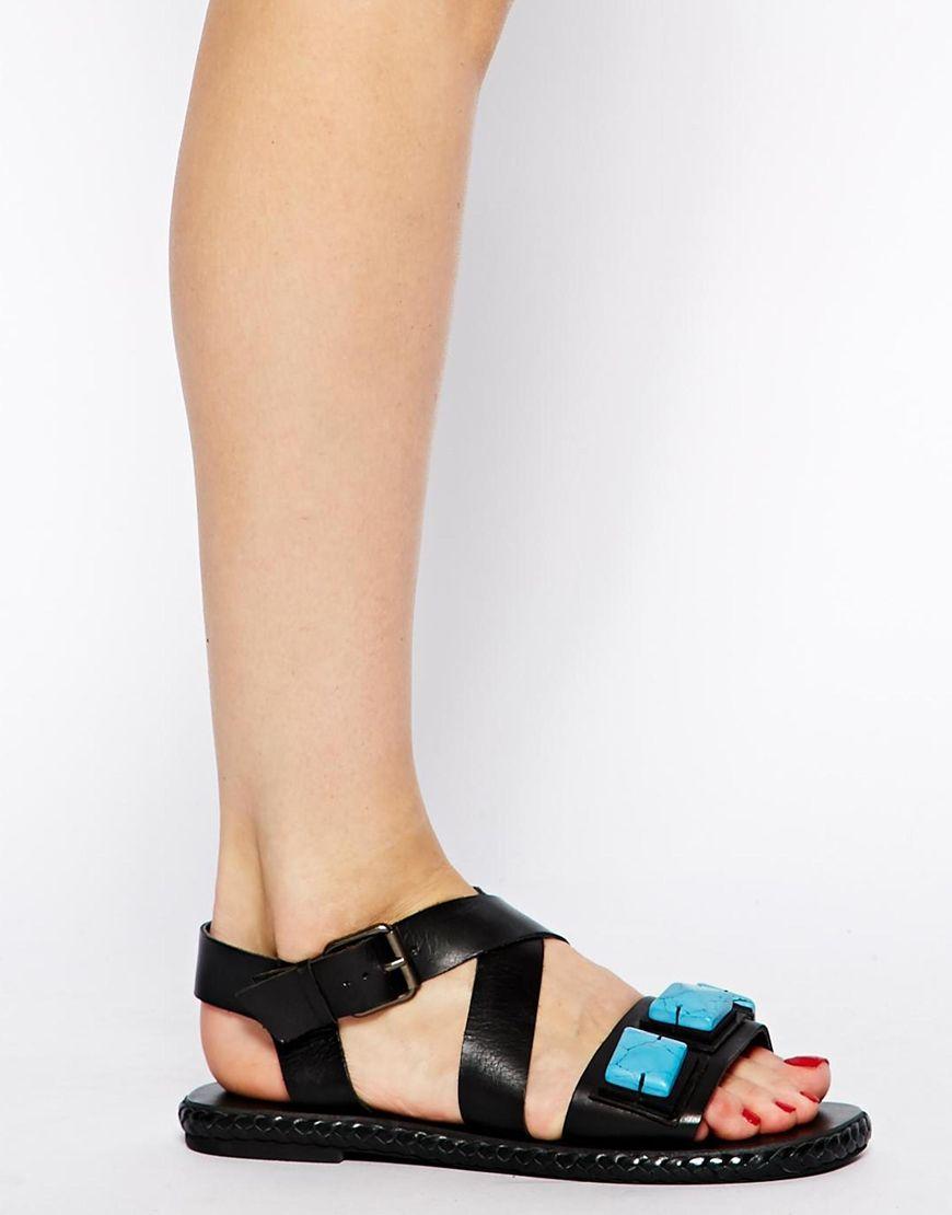 Sandalias negras con piedras turquesas