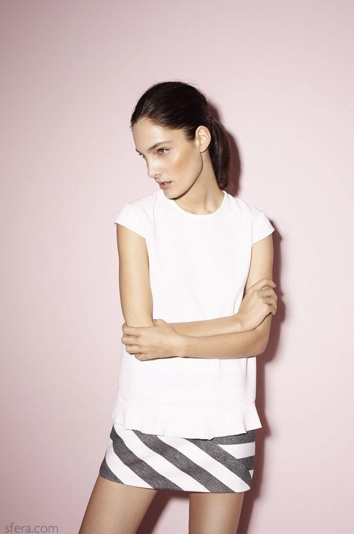 Catálogo Sfera - Camisa blanca y falda de rayas
