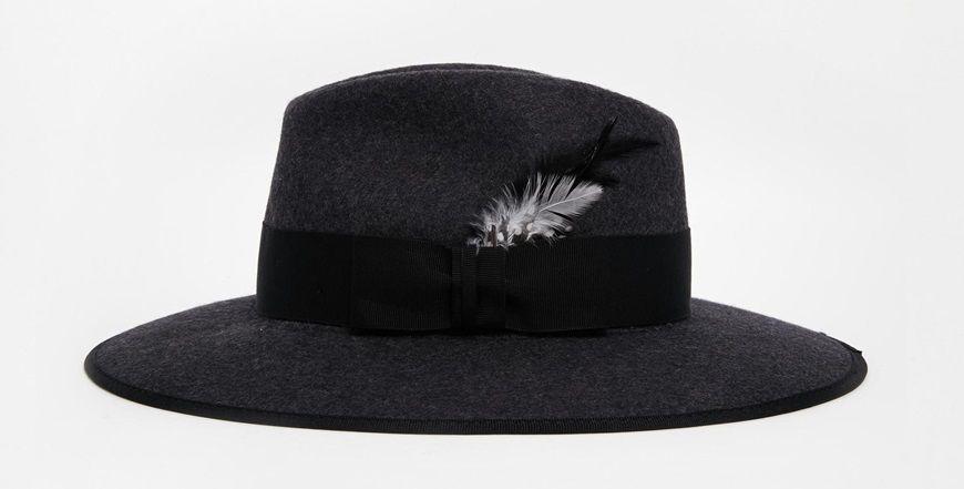 Sombrero gris con plumas
