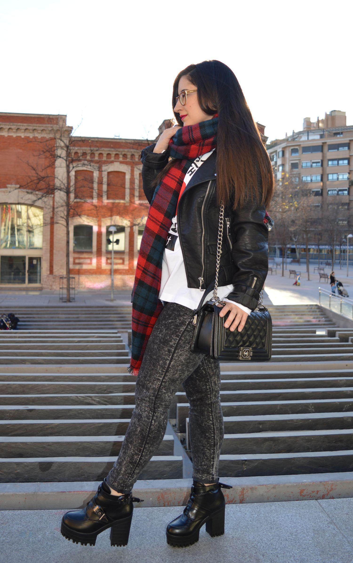 Look rockero de invierno con bufanda de cuadros