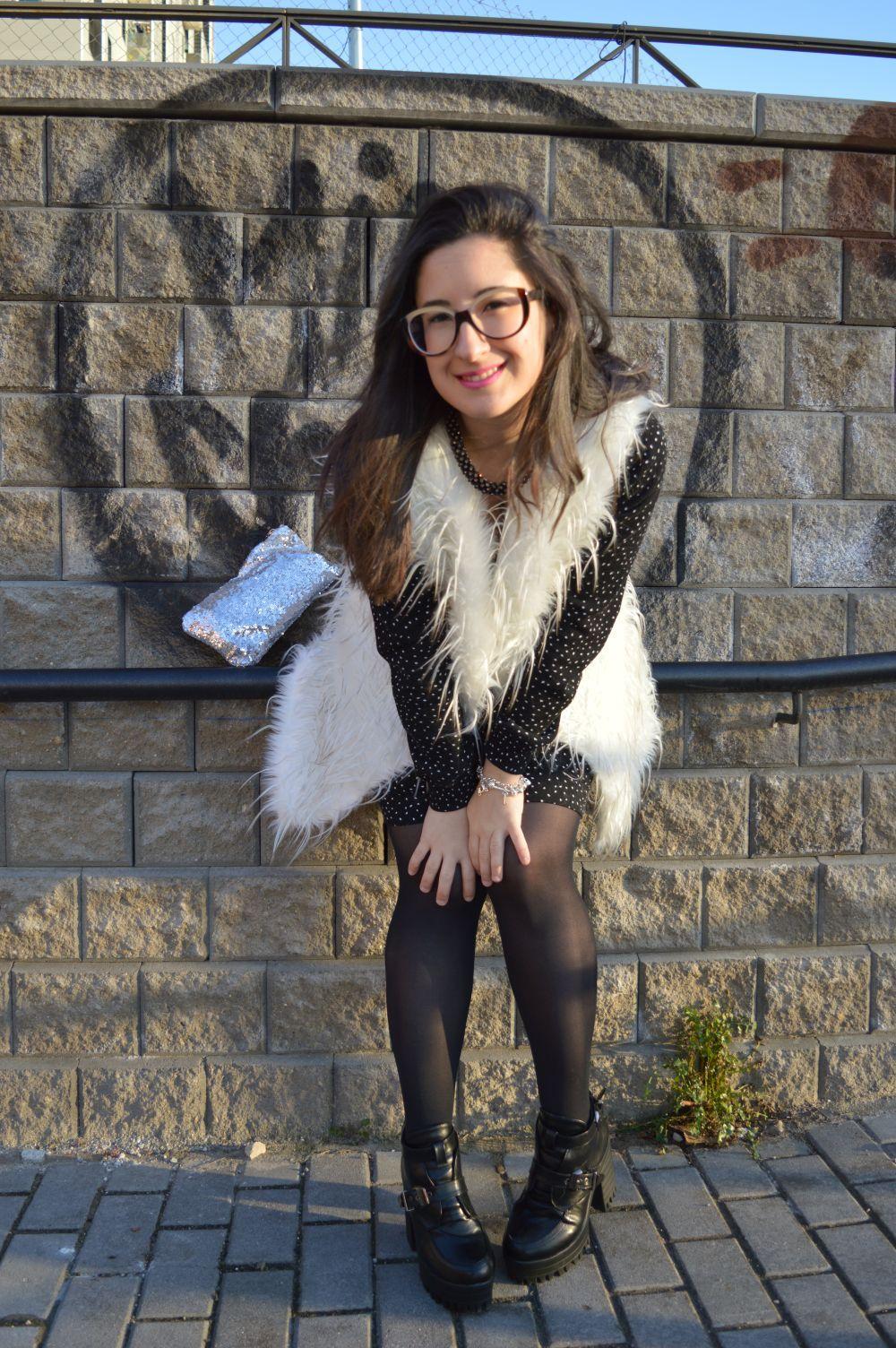 Look con chaleco de pelos blanco