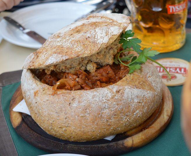 Estofado servido dentro del pan