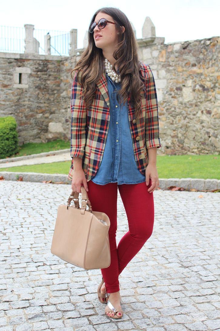 Pantalón rojo con camisa vaquera