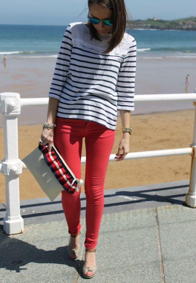 Pantalón rojo con camiseta de rayas