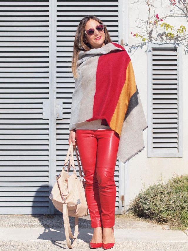 Cómo combinar un pantalón rojo con colores básicos