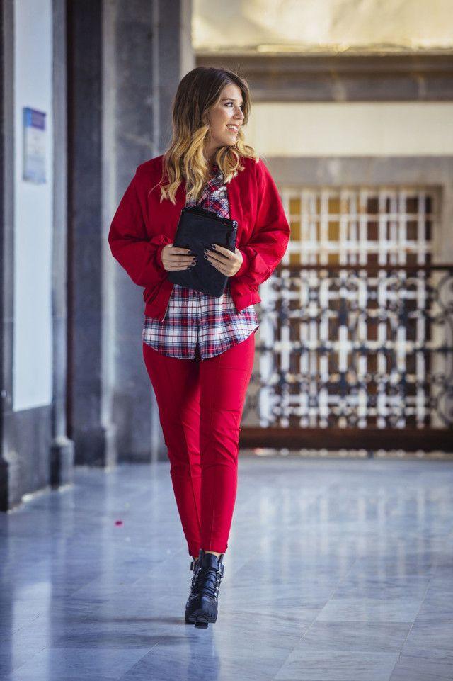 Pantalón rojo con colores rojos
