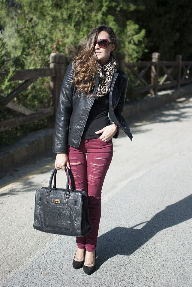 Pantalón rojo con complementos negros