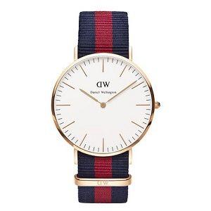 Reloj con correa de tela roja y azul
