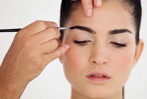 Depilación y maquillaje de cejas