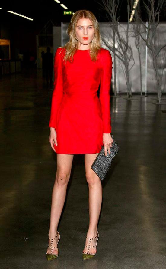 Cómo Combinar Un Vestido Rojo Para Una Boda De Día
