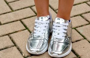 Combinar unas zapatillas plateadas