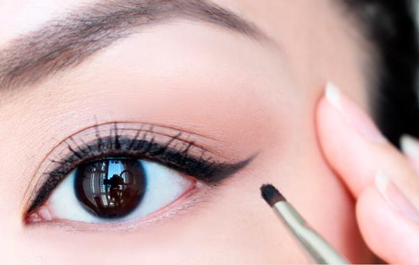 pintar ojos con eyeliner