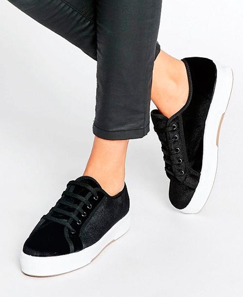 zapatos de terciopelo con escudo