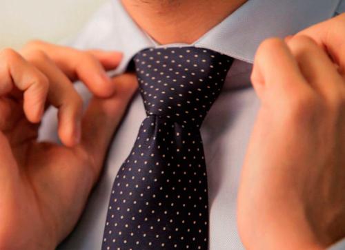 nudo corbata fina