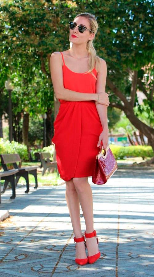 vestido negro zapatos rojos