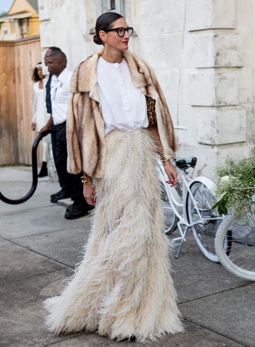 falda larga de plumas