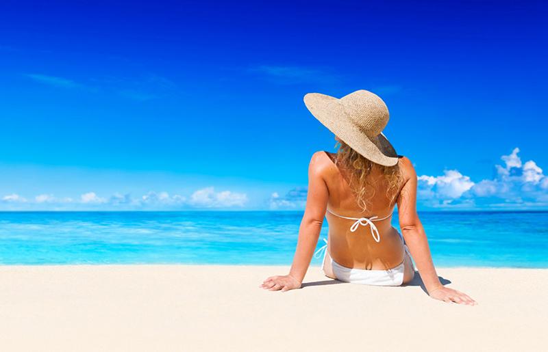 chicas en la playa de espalda