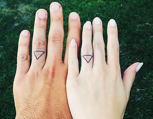 fotos de tatuajes en los dedos