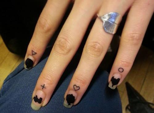 tatuajes dedos hombre