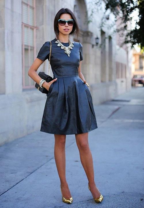 combinar un vestido de cuero negro