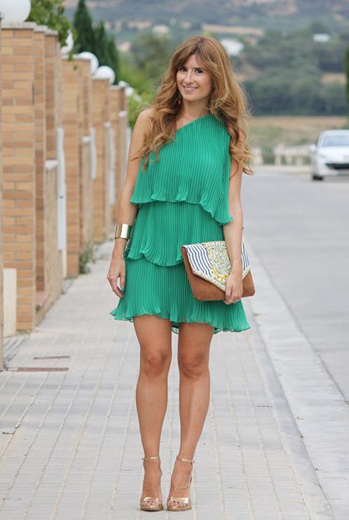que zapatos pegan con vestido verde