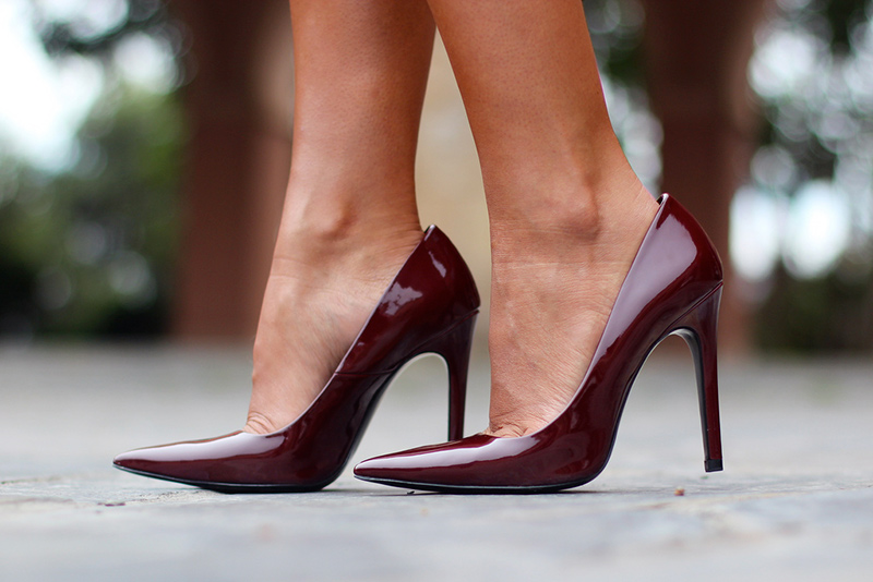 look zapatos burdeos