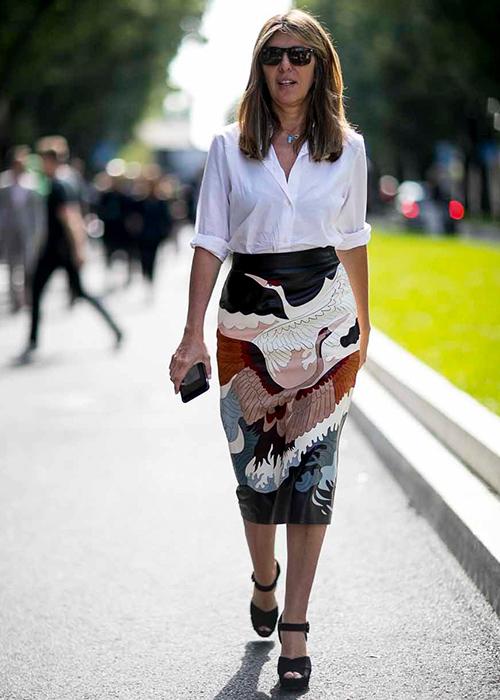 zapatillas blancas con falda