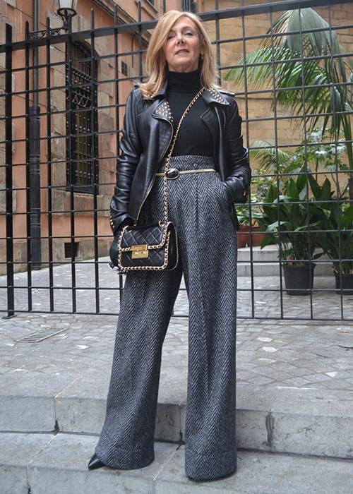 traje gris oscuro combinacion
