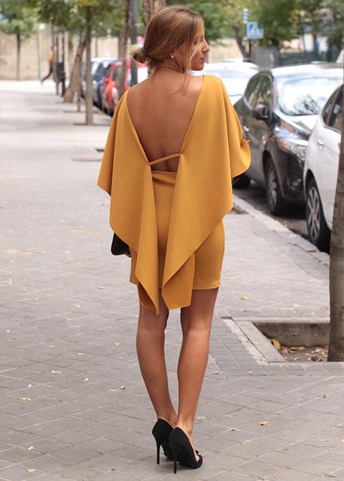 vestido con la espalda al aire