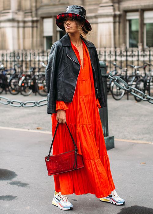 outfits con bolso rojo
