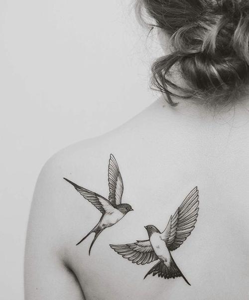 tatuajes pequeños en la espalda para mujeres